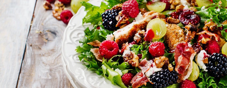 Bild zum Beitrag 'Mediterraner Sommersalat mit Beeren und Burrata'