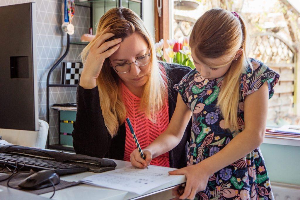 Bild zum Beitrag 'Homeschooling belastet Mütter besonders'